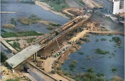 Puente en cajón postesado sobre el Turia (Quart de Poblet). Proyectado por Javier Manterola y construído por Dragados y Construcciones en 1991.
