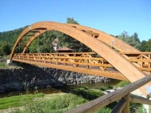 Ejemplo de puente arco de madera. Cangas de Onís (Asturias). Fotografía V. Yepes.