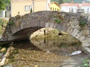 Pequeño puente de fábrica sobre el río de Pola de Somiedo (Asturias). Fotografía V. Yepes.