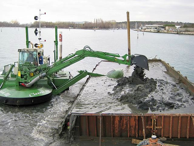Draga retroexcavadora. Fuente: http://ingenieriaycomputacion.blogspot.com.es/2011/02/watermaster-classic-excelente-draga-y.html