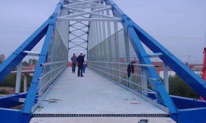 Pasarela sobre el AVE en Lérida. 2001 Proyecto de PEDELTA. Arco biapoyado de 38 metros de luz y 3 de ancho. Elementos atornillados.