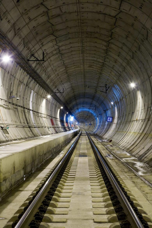 Figura 2.- Traviesas y dovelas juegan un papel fundamental en la construcción de líneas de ferrocarril y túneles, como sucede actualmente en dos de las mayores obras que se están acometiendo, como son los nuevos túneles subterráneos que cruzan el Estrecho del Bósforo en Estambul (Turquía) y la nueva línea de Londres (Inglaterra).