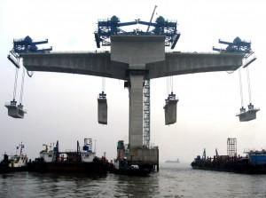 Figura 4.- Construcción de un puente en el mar mediante el empleo de cajones prefabricados de hormigón para la formación del tablero