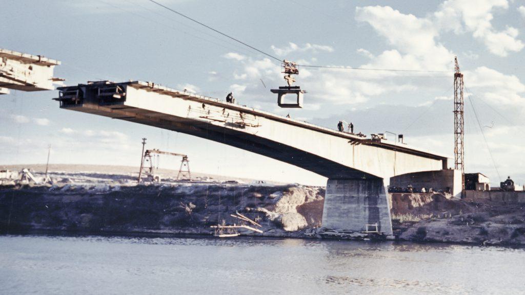 Puente de Castejón, construido con dovelas prefabricadas encoladas. http://www.cfcsl.com/