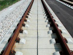 Vía en placa de hormigón en Alemania. Fuente: https://es.wikipedia.org/wiki/V%C3%ADa_en_placa#/media/File:Feste_Fahrbahn_FFB%C3%B6gl.jpg