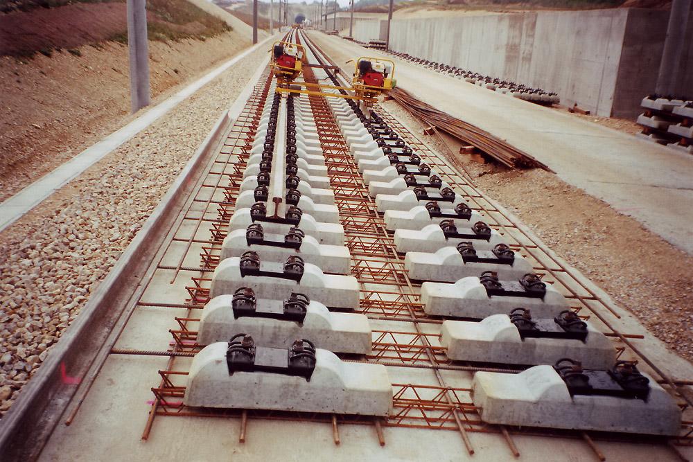 Vista de como se construye la vía, las armaduras posicionan las traviesas y luego serán hormigonadas. Fuente: https://es.wikipedia.org/wiki/V%C3%ADa_en_placa#/media/File:Schwellen_Rheda.jpg