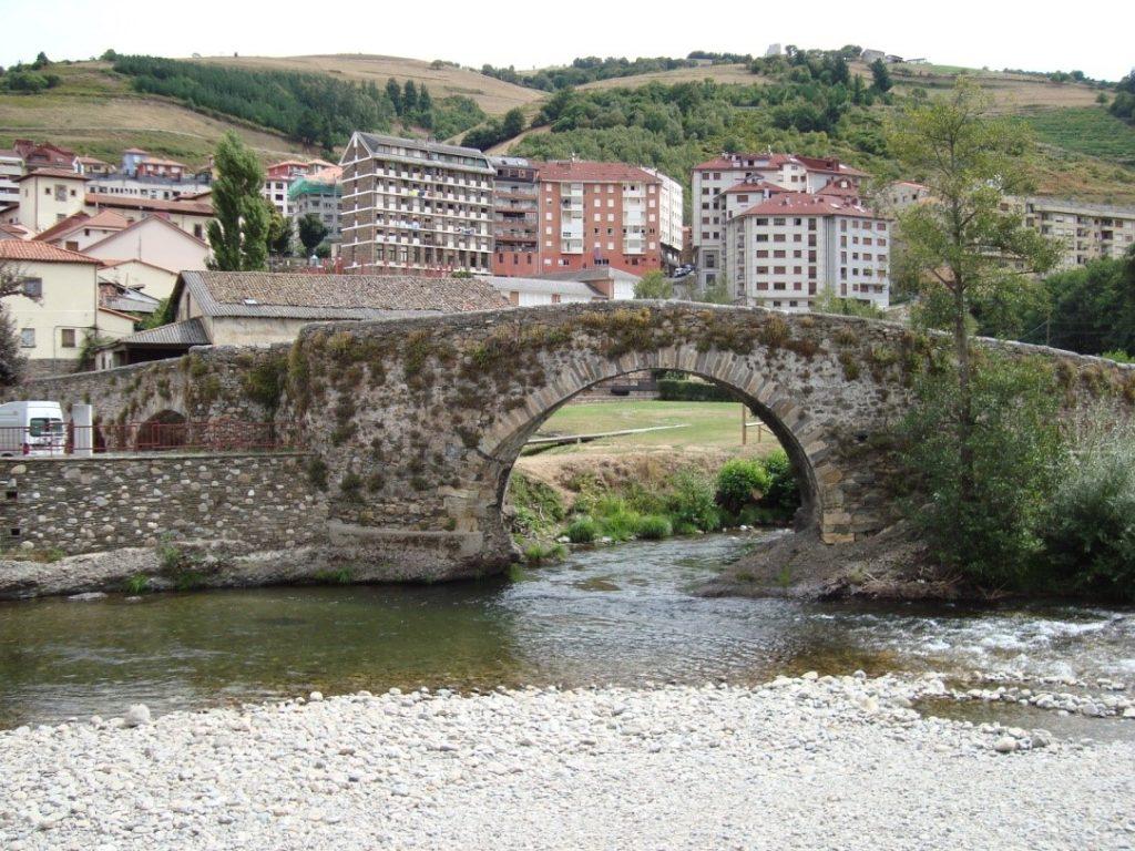 Puente de Cangas del Narcea (Asturias). Fotografía de V. Yepes.