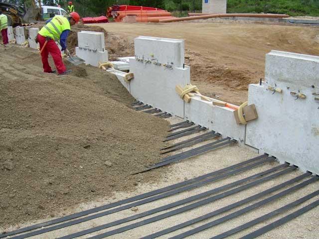 Figura 2. Detalle de las bandas y la placa de un muro de Tierra Armada®. http://www.tierra-armada.com/